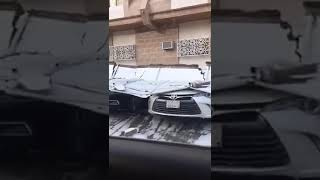 فيديو انهيار حائط أحد المنازل على السيارات في المدينة المنوره