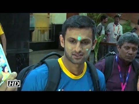 Pakistan Cricketer Shoaib Malik Celebrates Holi in India – T20 World Cup 2016