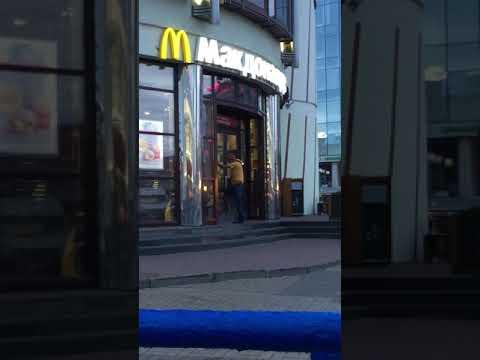 Штурм  Макдональса на Московском вокзале. Охранник прячется