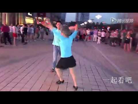 22歲小夥和65歲大媽在街頭激情一幕,忍不住看了十次……