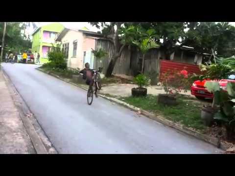 """""""Trẻ trâu"""" nước ngoài biểu diễn xe đạp đường phố cực chất - Rất dị"""