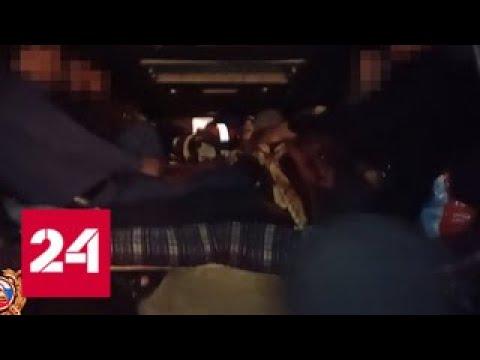 26 человек и тандыр: полицейские снова задержали переполненный мигрантами микроавтобус - Россия 24