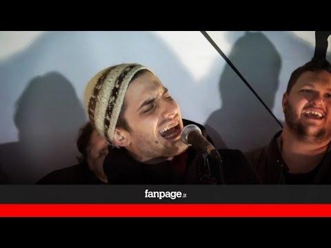 """Luca Marinelli e Claudio Santamaria cantano """"Un'emozione da poco"""""""