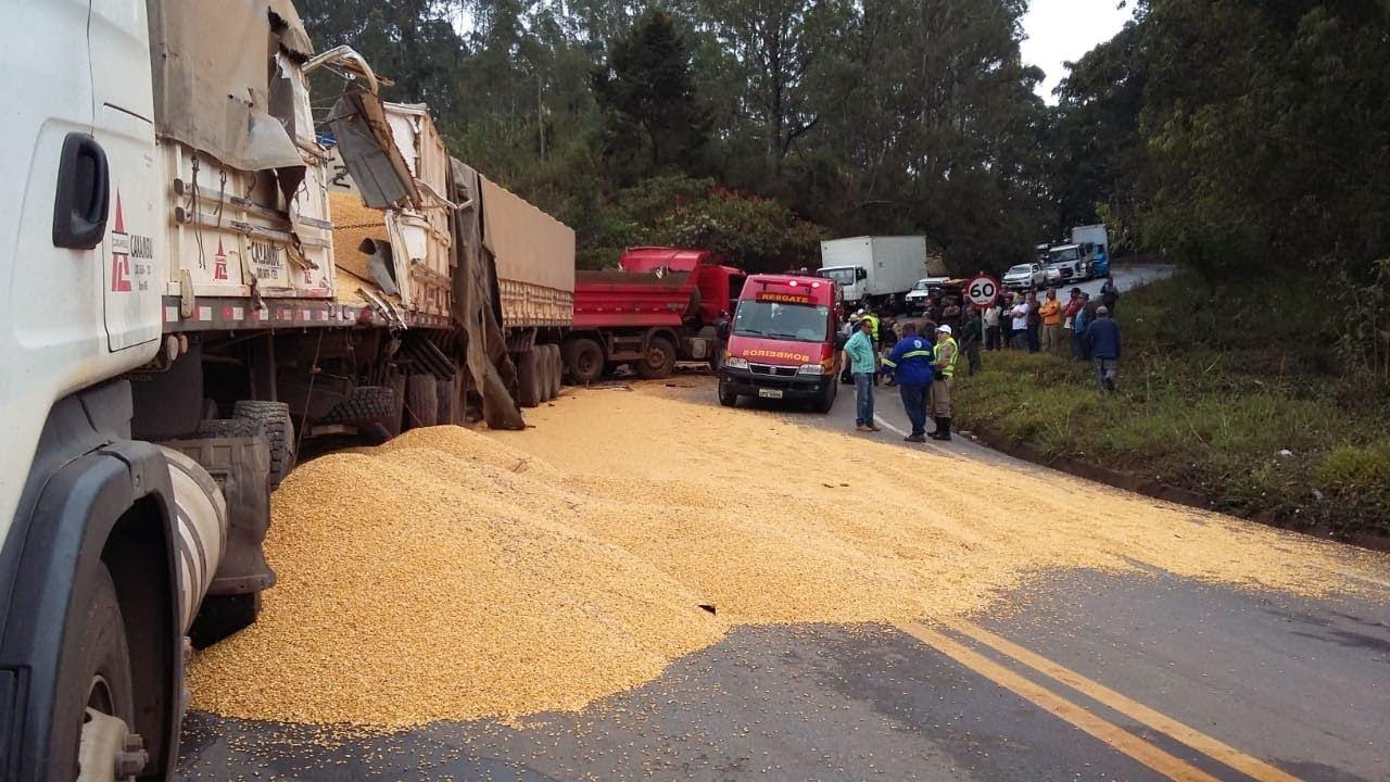f9acfd244f Caminhão colide em carreta com carga de milho na BR 356, em Ouro Preto-MG