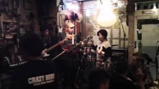 長崎市内のライブハウス「CrazyHorce」のライブ。 出演者の演奏終了後に...