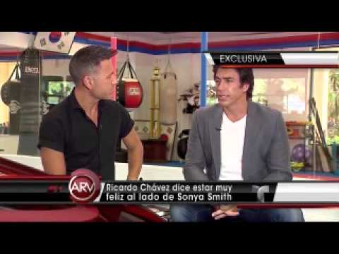 Ricardo Chávez feliz con Sonya Smith - YouTube