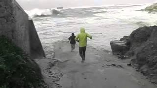 Большая волна уносит людей в море.(Большая волна уносит одного взрослого человека в море, жена пытается спасти своего мужа. Но волан уносит..., 2016-02-13T18:57:08.000Z)