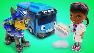 Доктор Плюшева допомагає іграшок в ігровій кімнаті. Відео для дітей.