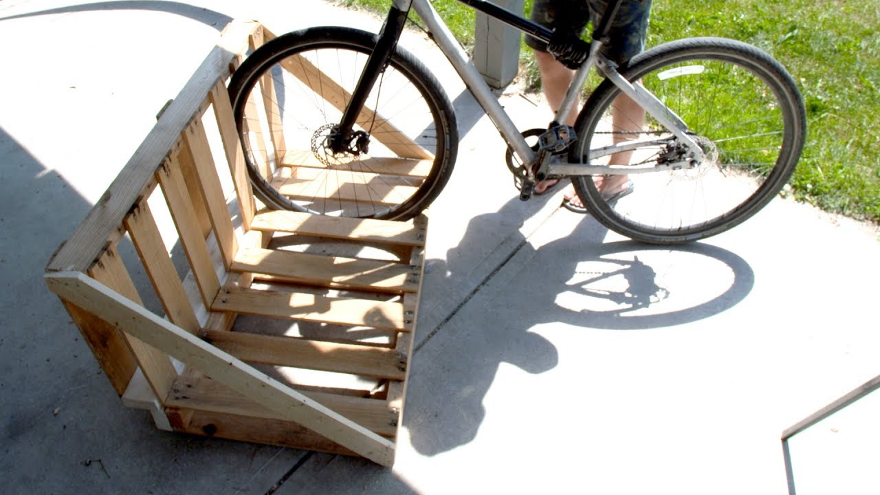 Pallet bike rack cosmecol for How to make a bike stand out of wood