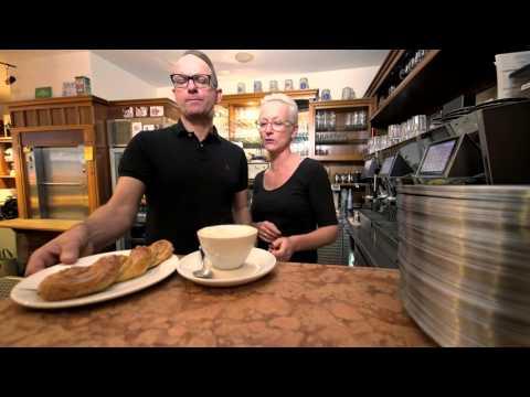 """Kellner in einem Café in Deggendorf. Könnte langweilig sein oder eine echte Berufung! Jürgen Waldmann macht aus seinem Job etwas Besonderes - und die Gäste spüren das. Aber das Café ist auch nicht sein ganzes Leben - da gibt´s einiges mehr.  Mehr zu Jürgen Waldmann in unserer heutigen Folge der """"Landkreis Gschichtn""""!"""