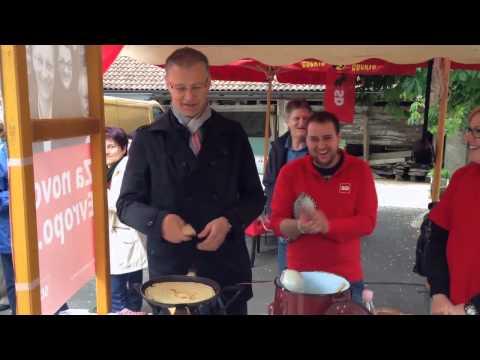 (SD) Igor Lukšič peče palačinke v Ilirski Bistrici