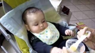 Nicholas mangia la mela