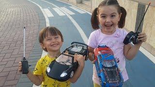 Uzaktan kumandalı yarış arabalarımızla Araba yarışı yapmaya gittik, yarış arabalarımız çok hızlı!