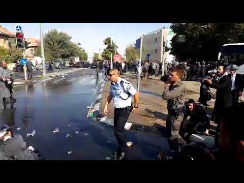 השוטרים מפזרים את המפגינים החרדים. צילום: מחאות החרדים הקיצוניים