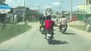 ក្មេងបែកស្លុយជិះម៉ូតូចូលឡាន brave kid ride a motorcycle