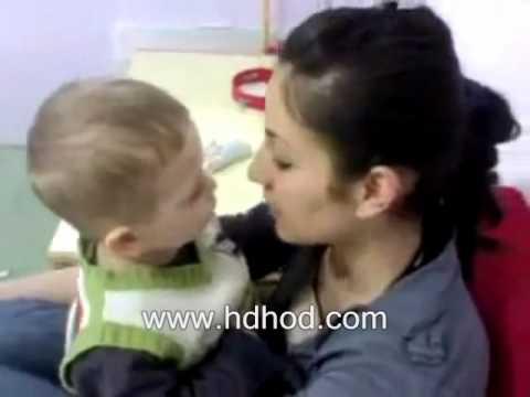 طفل يريد تقبيل أمه