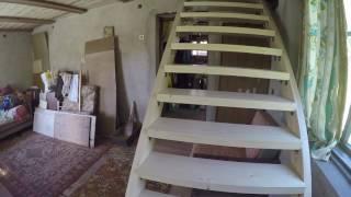 видео Лестница на второй этаж дома своими руками