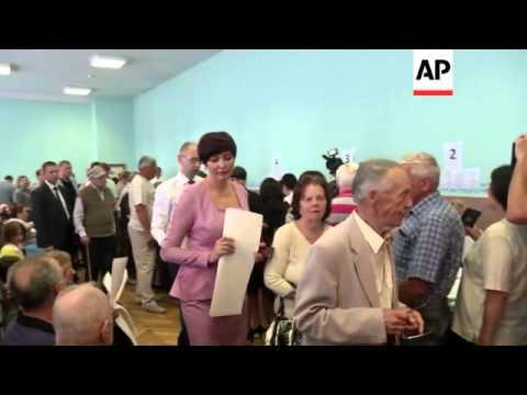 Tymoshenko and Yatsenyuk cast their ballot in presidential elections
