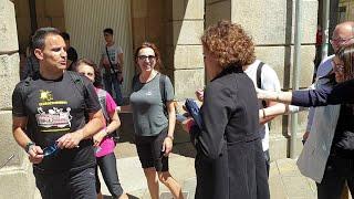 Dolors Montserrat habla con unos peregrinos en Santiago de Compostela
