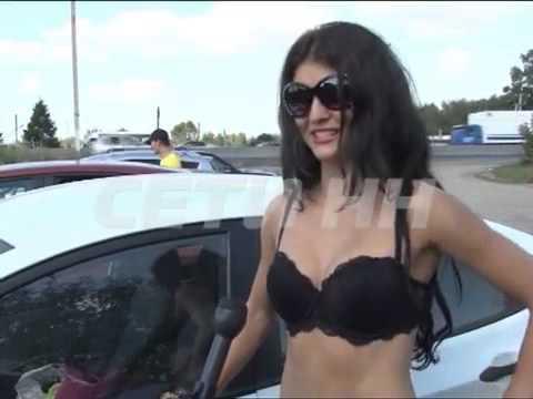 Thiếu nữ Nga để ngực trần kêu gọi lái xe tuân thủ luật giao thông