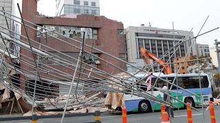 철거 건물 안전펜스가 도로에