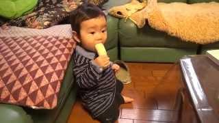 父のバナナを奪い取って食べる thumbnail