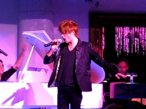Robert Jeffrey singing SOMEBODY TO LOVE at the Sydney Wicked - Pink Dingo! show 22/08/10