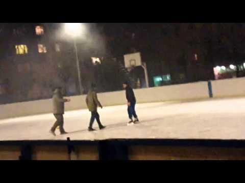 Крутая драка, мужик на коньках избил троих.Awesome fight 1 vs 3!