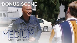 Tyler Henry's Mother Freaks Out Meeting Howie Mandel! | Hollywood Medium Bonus Scene | E!