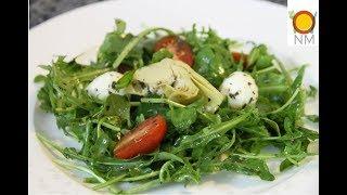 Салат с рукколой,моцареллой,помидорами черри и артишоками. Ну ооочень вкусный!