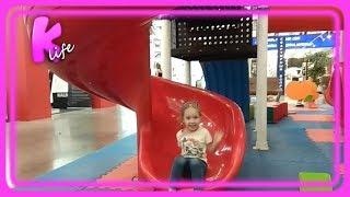 Игровая площадка для детей. Катя в торговом центре.