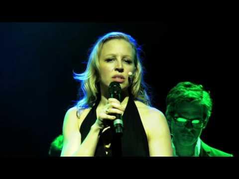 Nina Proll singt