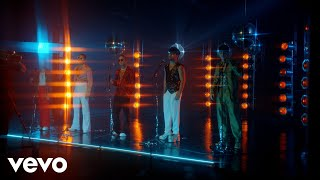 CNCO - Un Beso (Official Video)