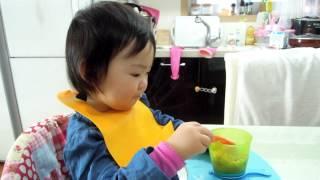 토미티피이유식기로 식사중인 으뉴