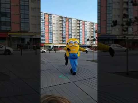 Un mignon qui danse en plein centre ville!!!