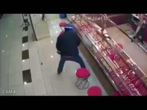 Pencuri terekam cctv