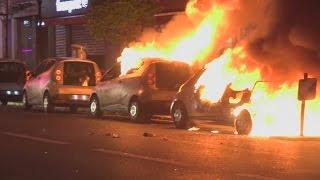 بالفيديو.. محتجون يحرقون مركبات في باريس احتجاجًا على الانتخابات الفرنسية