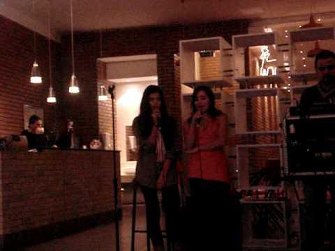 Caty e pantene no karaoke