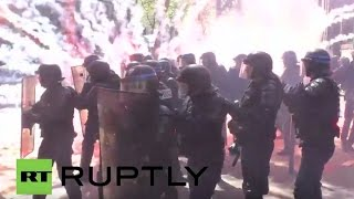 Le 1er mai à Paris sous les panaches des fumigènes (Direct du 01.04.16, 2/3)(A l'appel des syndicats d'Ile-de-France CGT, FO, Solidaires, Unef, UNL et FIDL, la manifestation traditionnelle du 1er mai protestera contre le projet de loi travail., 2016-05-02T00:16:46.000Z)