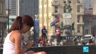 Cubanos acceden al servicio de internet 3G para teléfonos móviles