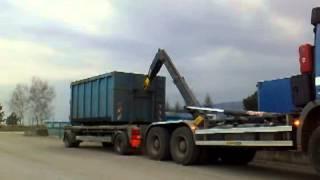 Překládka kontejneru z vleku na auto