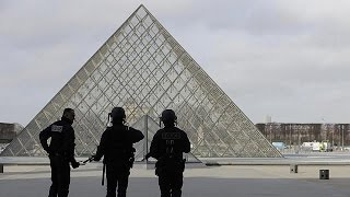 """""""Аллах акбар!"""": мужчина с ножом напал на военный патруль у Лувра"""