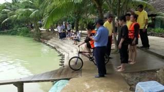 Trò chơi sông nước miền Tây - Đi xe đạp qua cầu khỉ | Funny games in VietNam