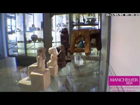 Câmera grava antiga estátua egípcia girando sozinha em museu inglês