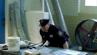 Дэвид Аполскис говорит Беллику что с полом комнаты отдыха охраны что-то не так. Побег