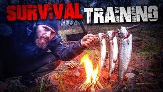 SURVIVAL TRAINING - Fisch töten ausnehmen und über Feuer zubereiten (Forelle) | Fritz Meinecke
