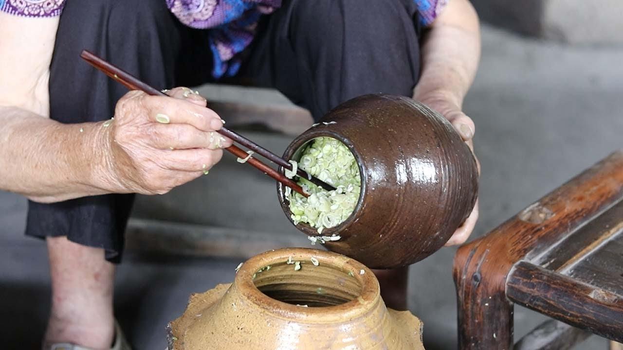 在农村酸豆角怎么腌制?80多岁奶奶,用这种方法