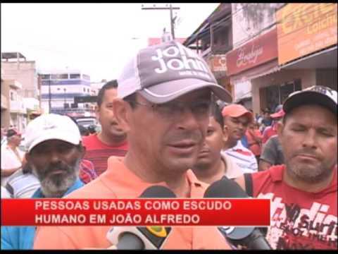 Bandidos fazem moradores de João Alfredo de escudos após explodirem dois bancos