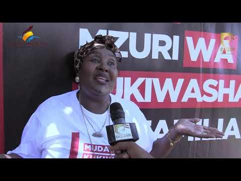 Diamond Platnumz ampa shavu nono Malkia wa Mipasho 'Bi Khadija Kopa'