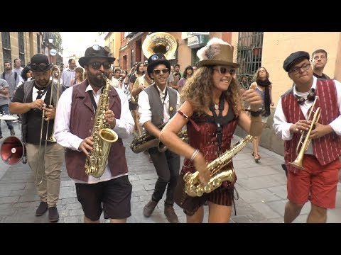 "El Puntillo Canalla Brass Band: ""Bourbon Street Parade"" - Busking in Madrid"